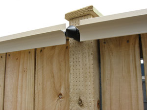 Timber fence with Oscillot face-mounted